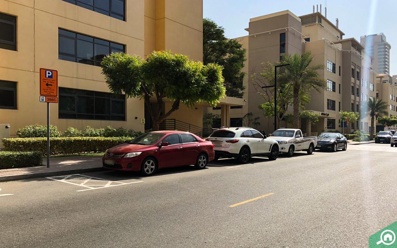 سيارات بالقرب من الجاز