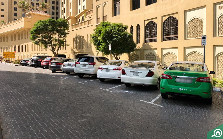 مواقف سيارات في رمال