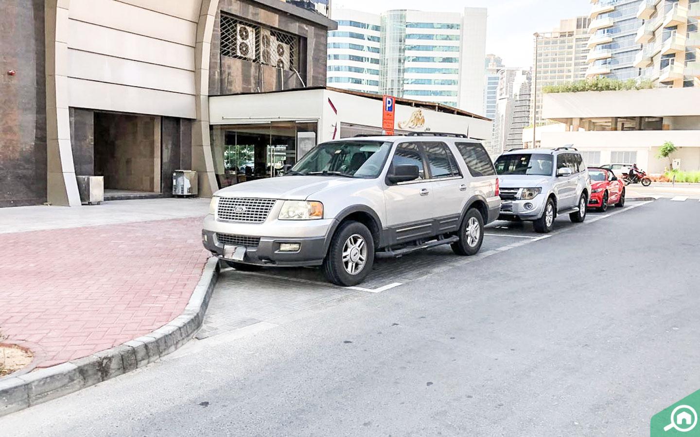مواقف سيارات في الشارع