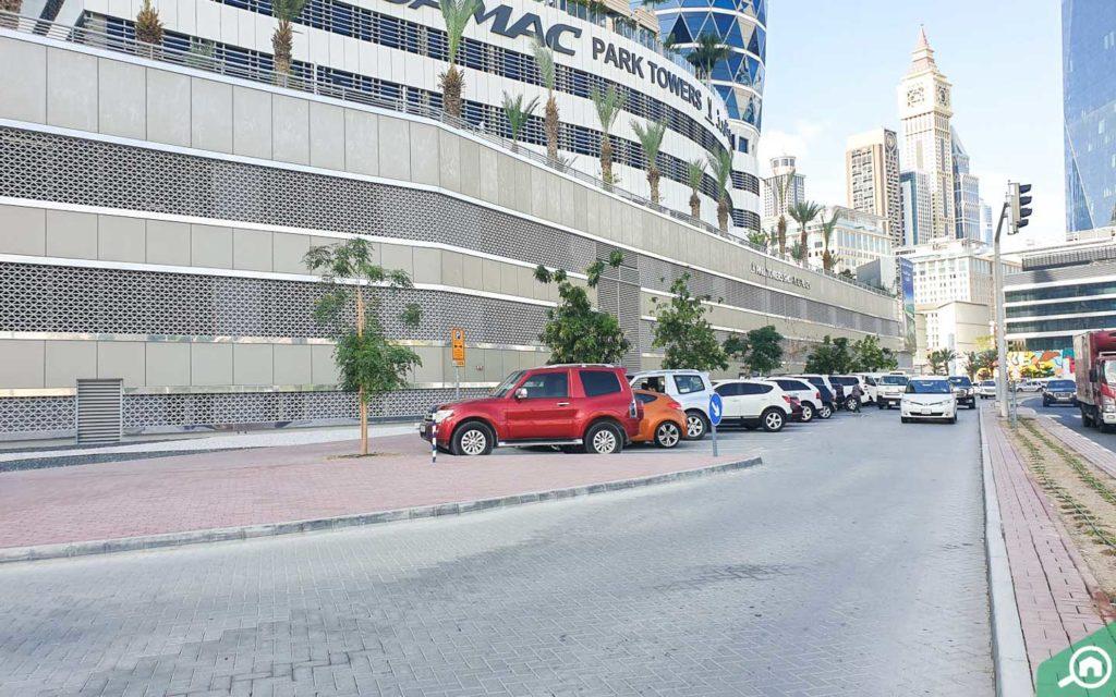 موقف سيارات على الشارع