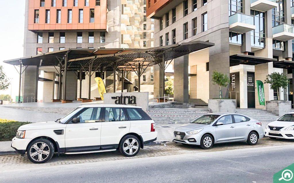 سيارات أمام المبنى