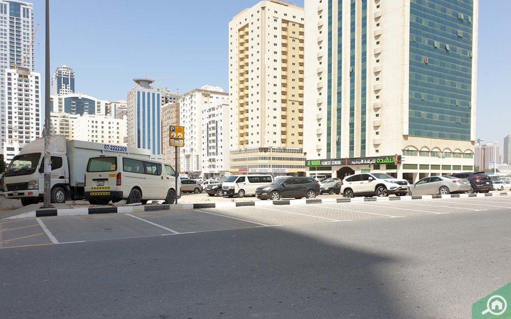 مواقف السيارات أمام برج لولو