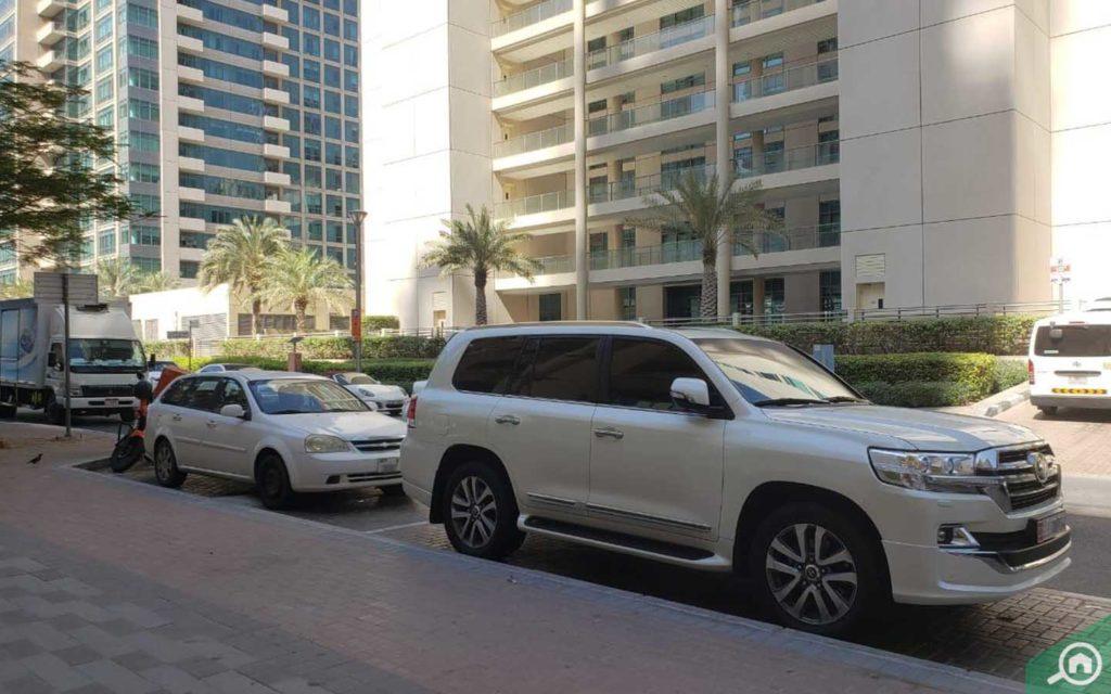 Street parking outside marina mansions in dubai marina