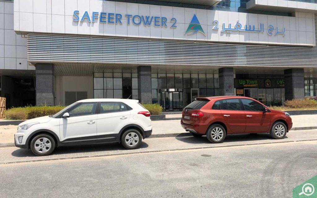مواقف سيارات امام البرج السكني