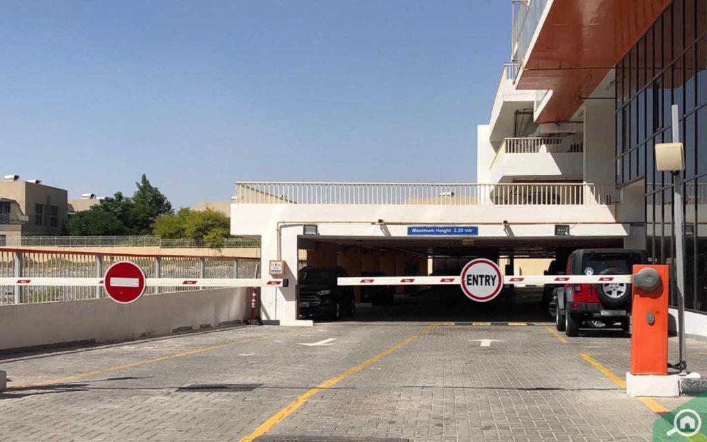 مدخل موقف سيارات مبنى بن غاطي تيراسيز