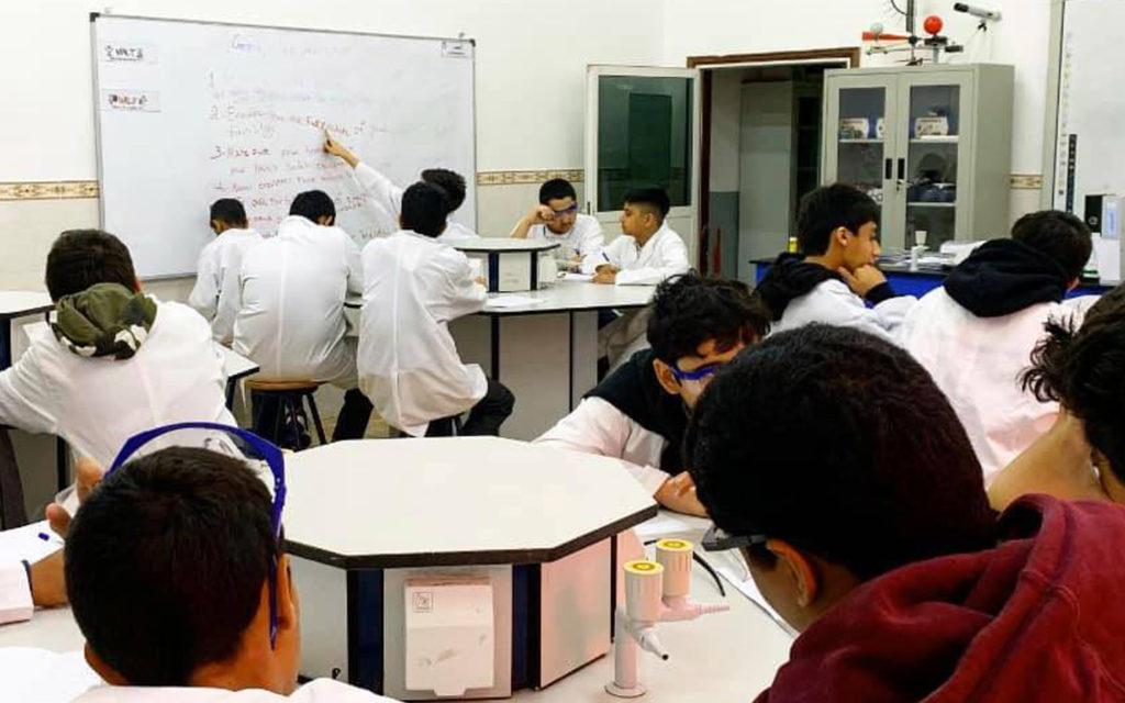 طلاب داخل مختبر العلوم
