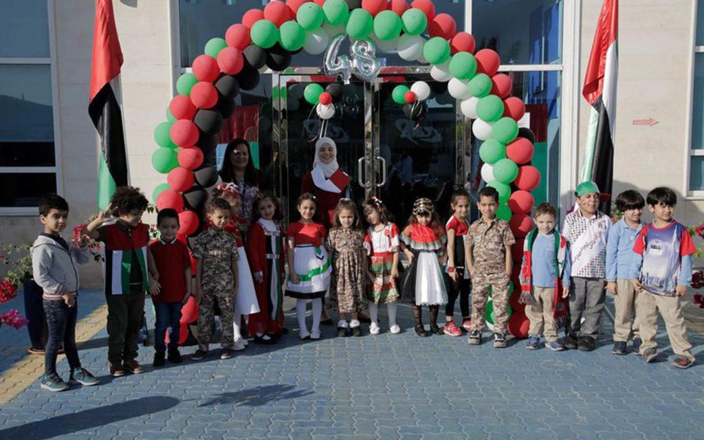 طلاب يرتدون الزي التقليدي