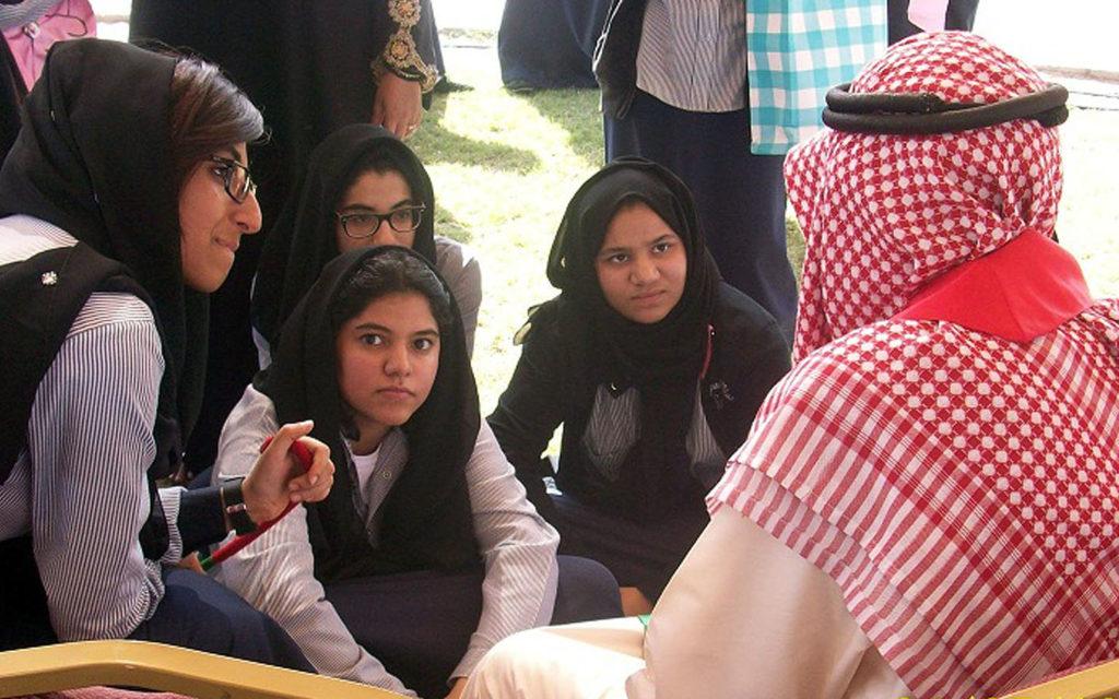 زيارة طالبات لدار رعاية المسنين