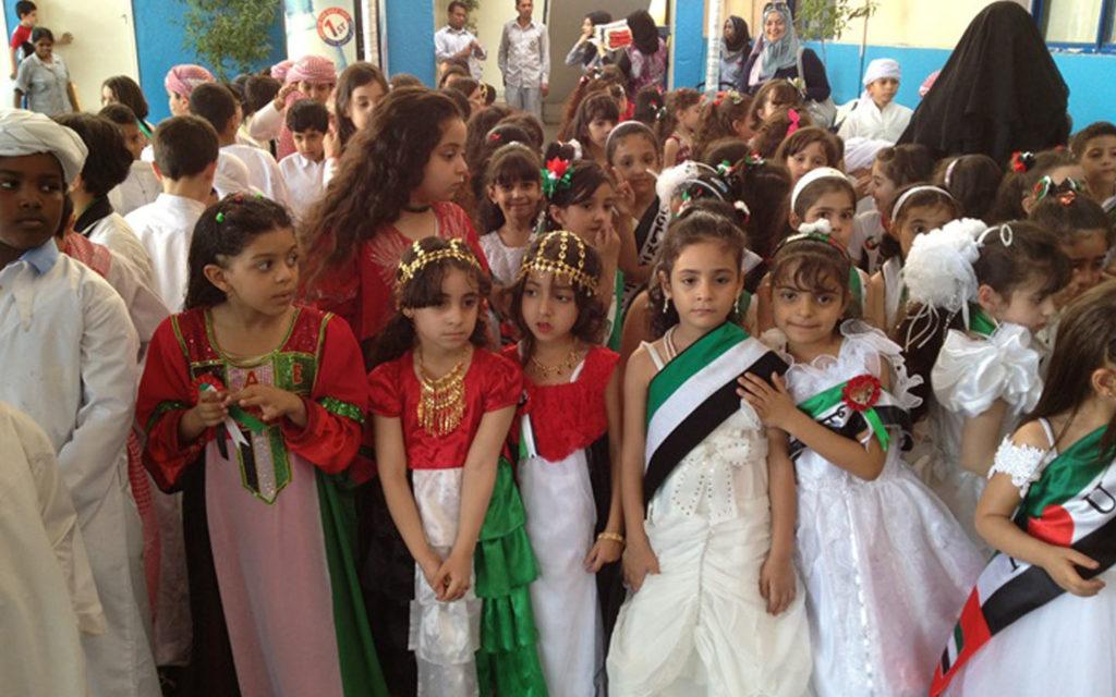 احتفال طالبات في عيد الاتحاد الاماراتي