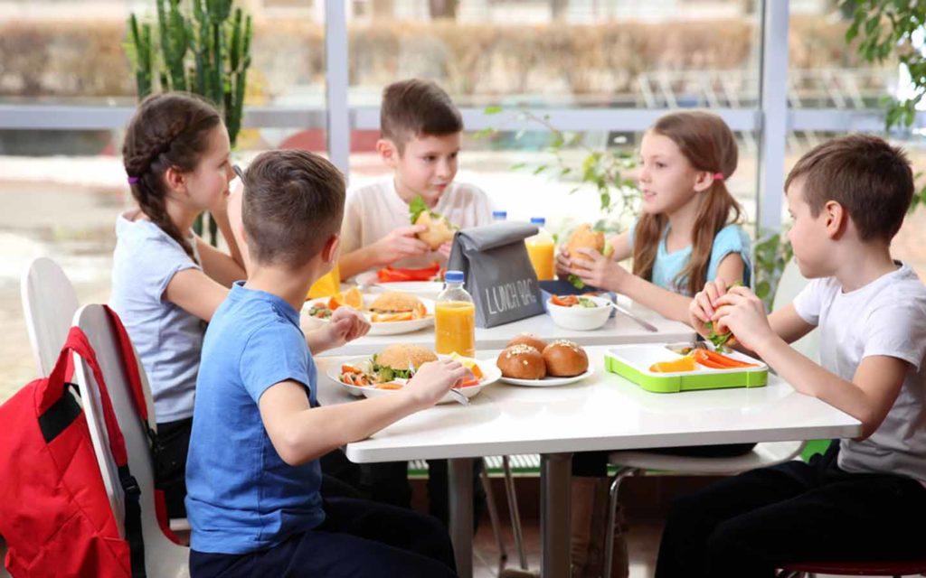 طلاب يتناولون الطعام