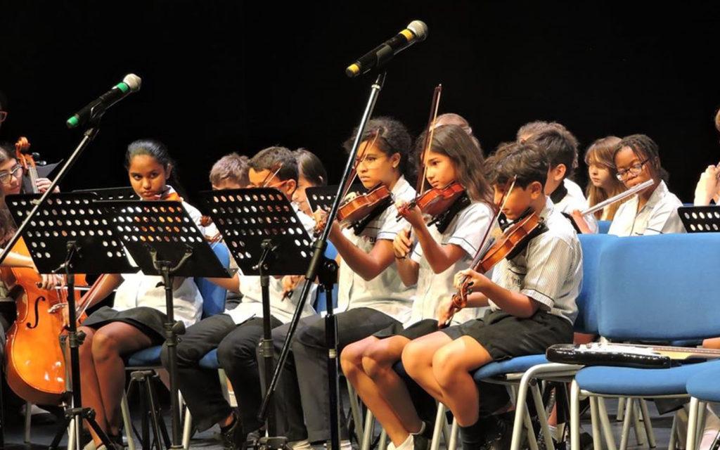 عزف طلاب مدرسة دبي البريطانية على الآلات الموسيقية