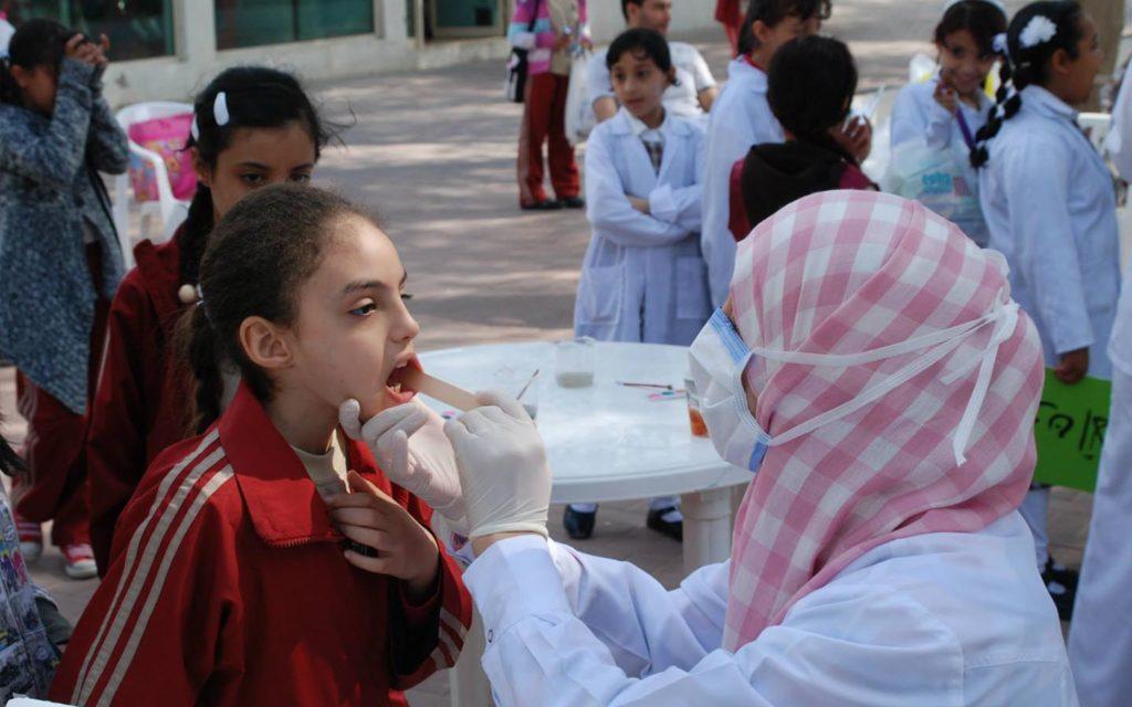 طلاب مع ممرضة