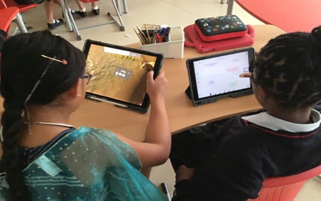 طلاب يستخدمون أجهزة الآيباد